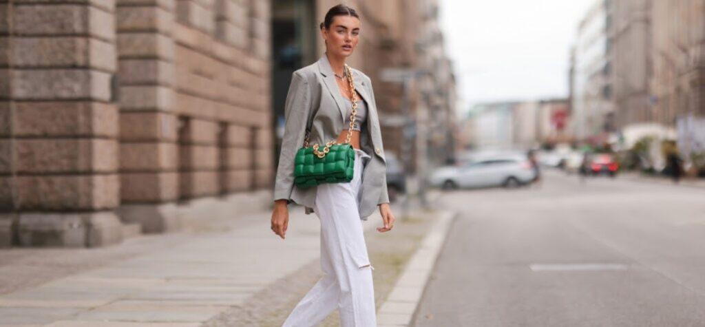 Frau in weißen Jeans