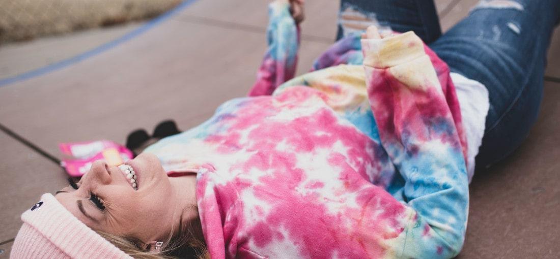 Frau im Tie-Dye-Sweatshirt