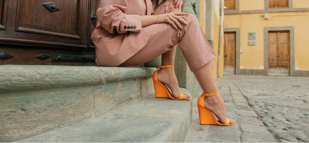 orangefarbene Sandaletten mit Keilabsatz