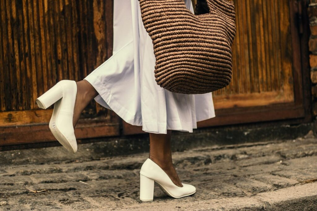 weiße Absatzschuhe zum weißen Kleid