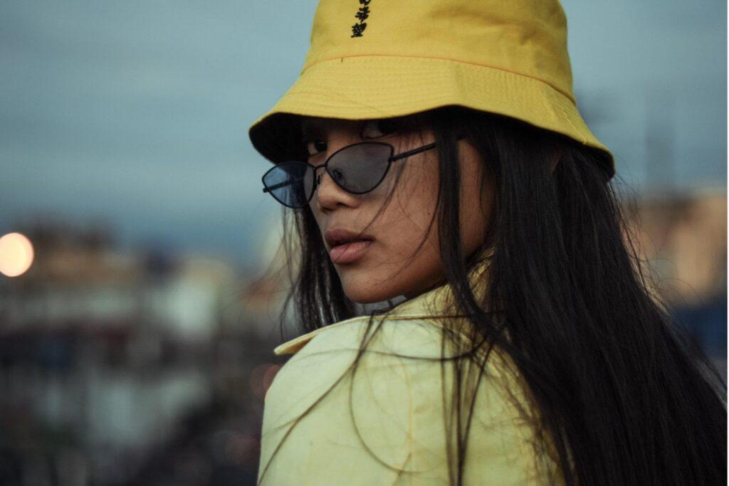 Frau im gelben Bucket Hat