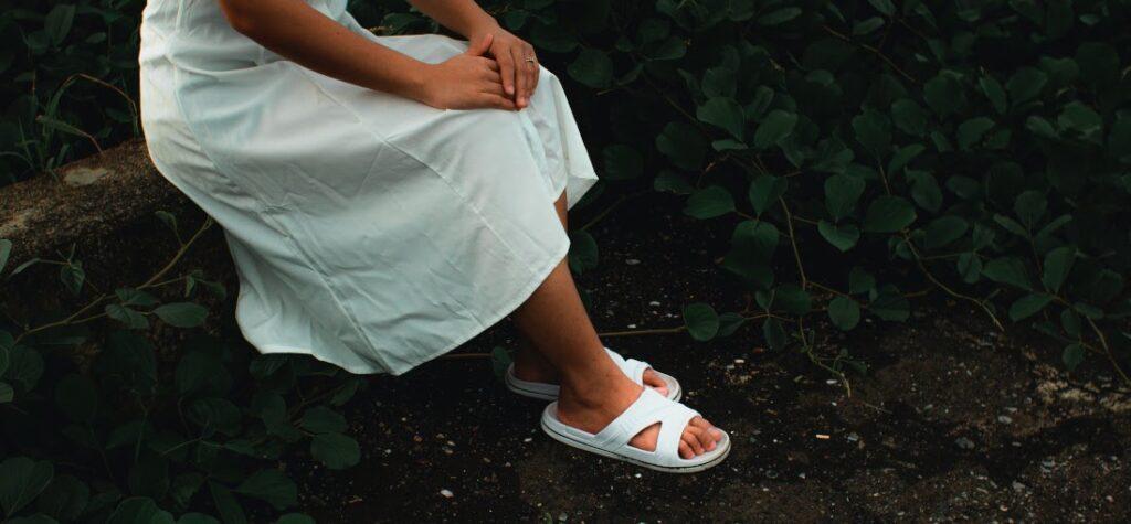 weiße Pantoletten und weißes Kleid