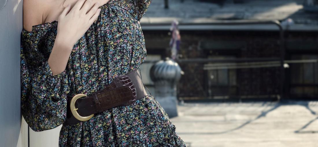 Frau im Blumenkleid und Gürtel in der Taille