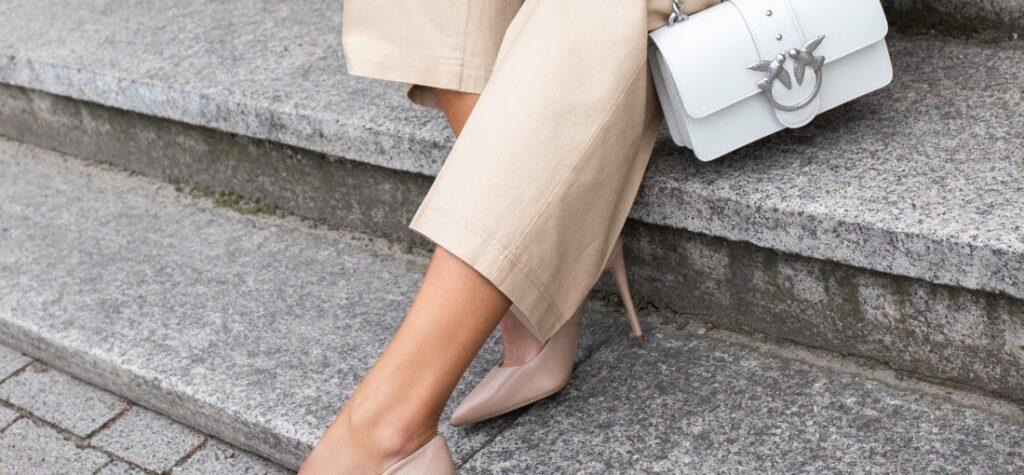 Frau in beigefarbenen High Heels und beigefarbener Hose