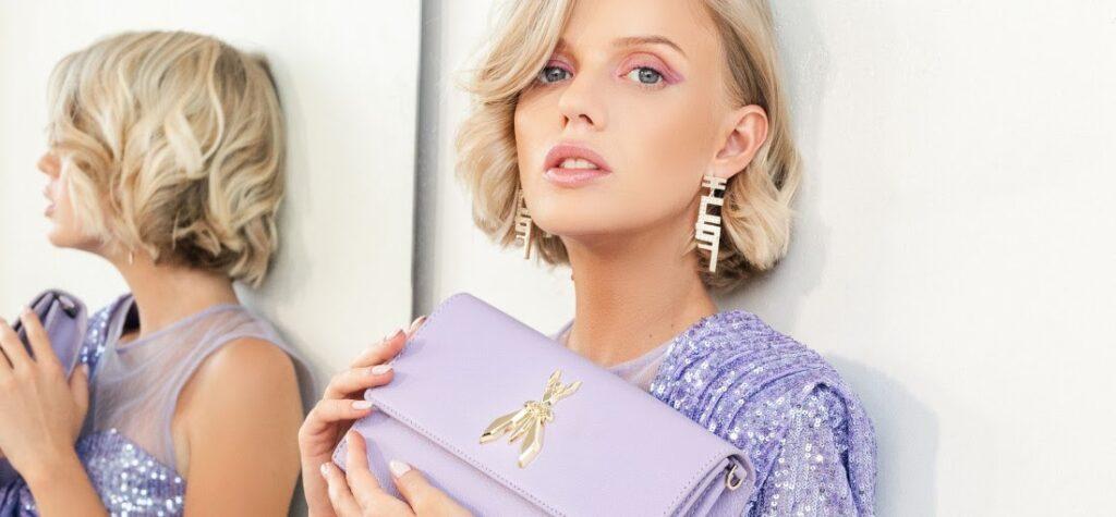 Frau mit lilafarbener Handtasche und im lilafarbenen Kleid