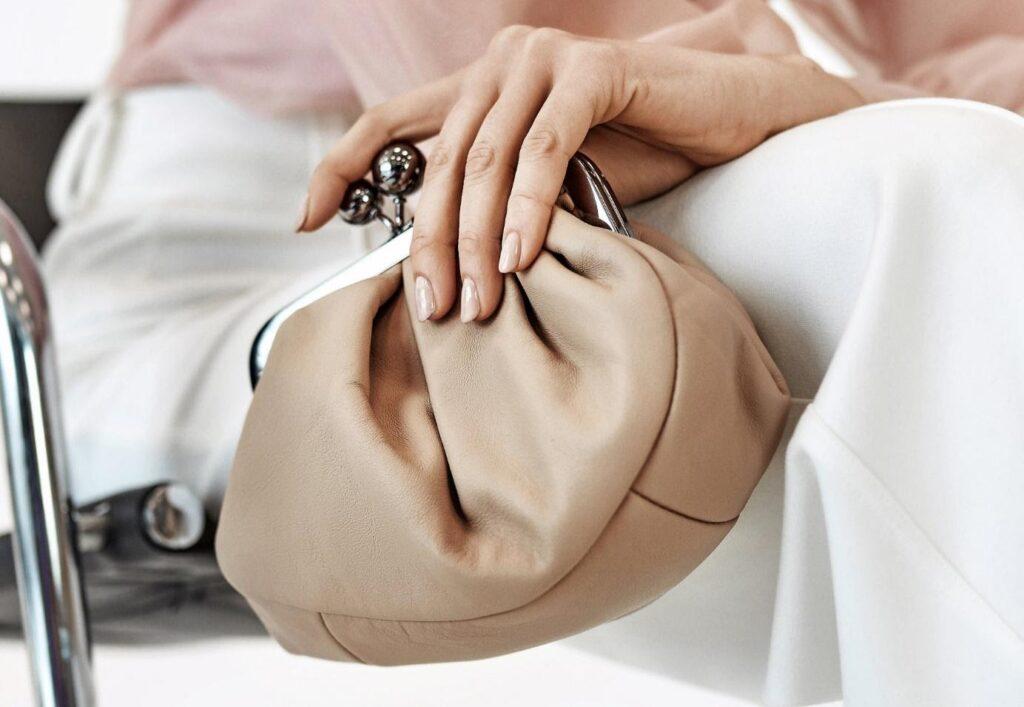 beigefarbene Handtasche