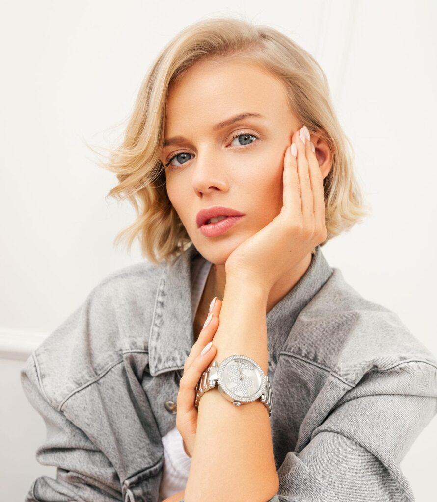 Frau mit silberfarbener Uhr
