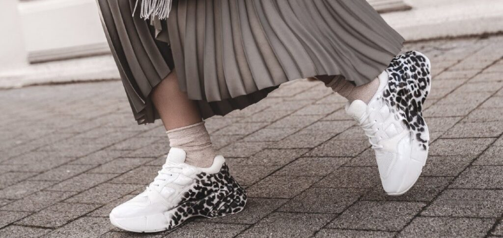 Sportschuhe und Kleid kombinieren