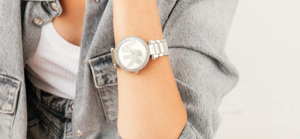 Silberfarbene Uhr