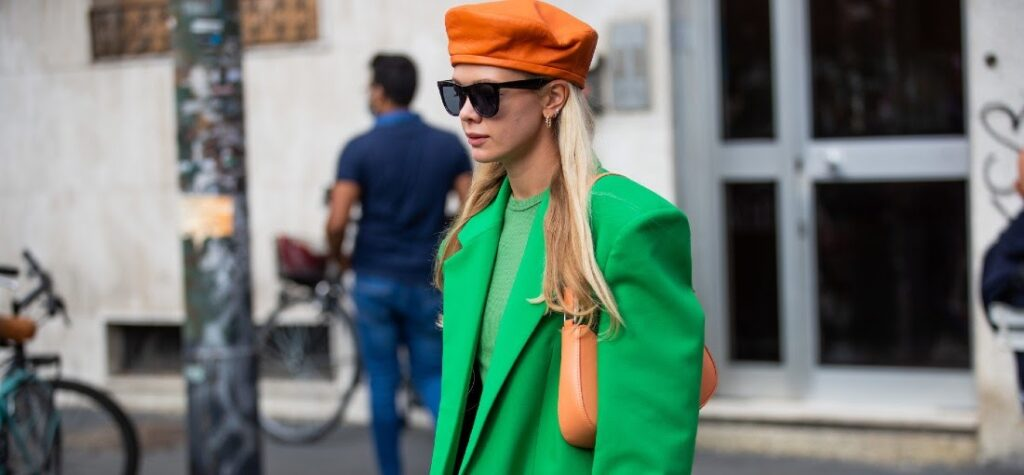 Frau in roter Mütze und grünem Mantel