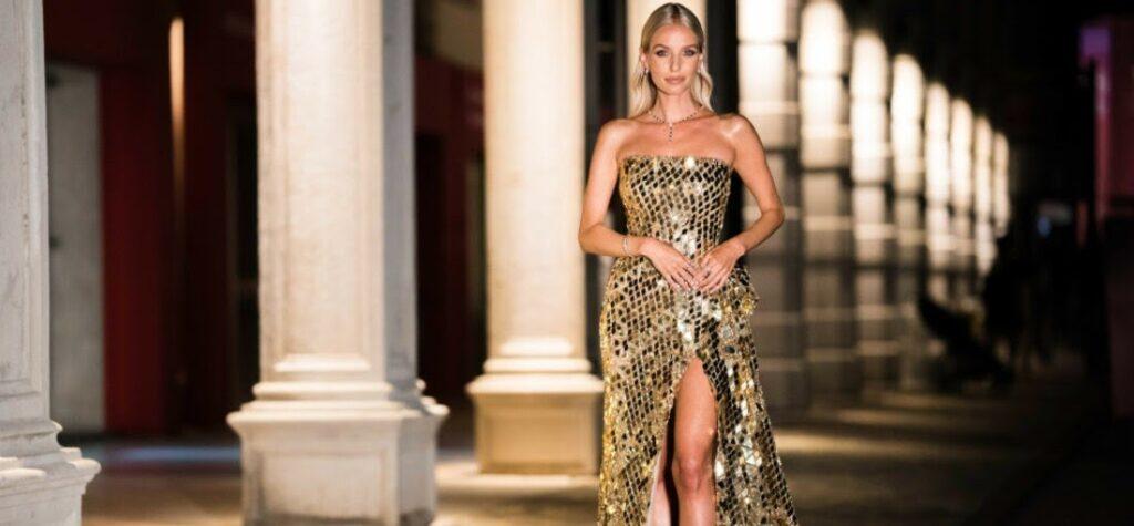 Frau in einem goldfarbenen Abendkleid