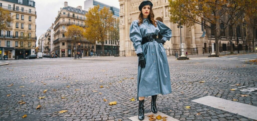 Frau in blauem Mantel und einer Baskenmütze